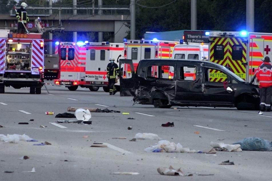 Drei Menschen wurden bei dem Zusammenstoß schwer verletzt.