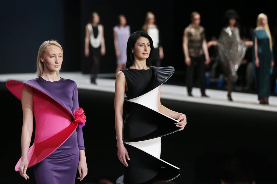 Models präsentieren Kreationen des französischen Modedesigners Pierre Cardin auf der Moscow Fashion Week 2016.