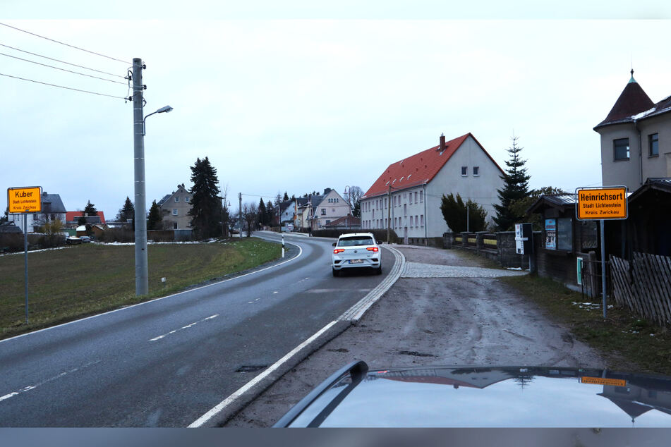Schild-Bürger-Streich: Zum Ortsschild von Heinrichsort gesellt sich auf der linken Straßenseite eines mit dem Spitznamen Kuber.