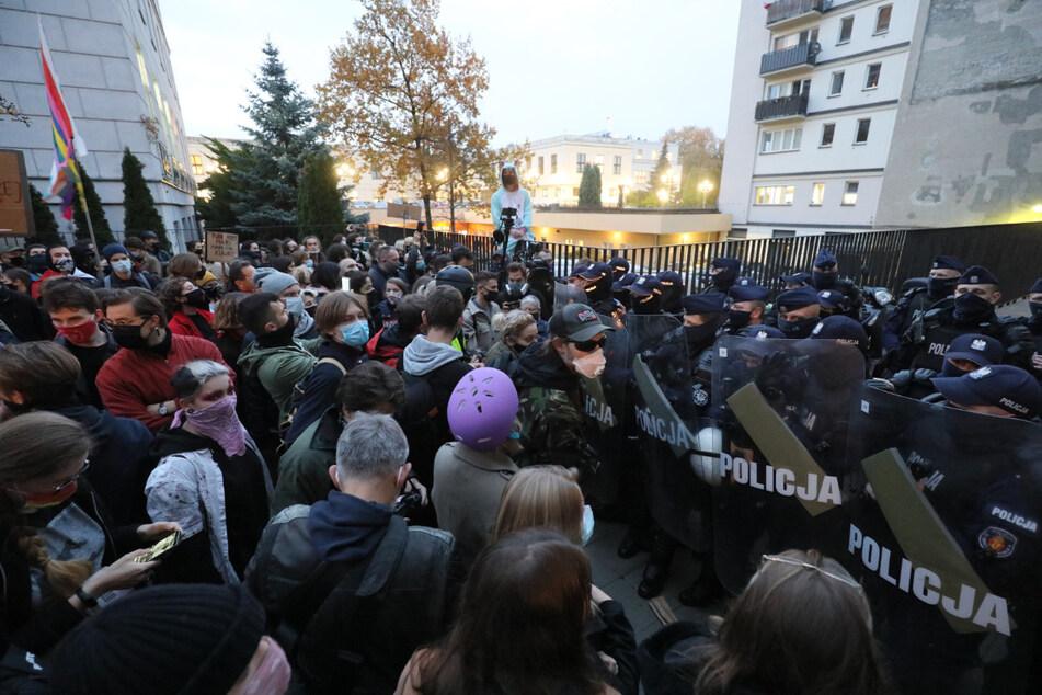 Demonstranten stehen während eines Protestes gegen eine deutliche Verschärfung des Abtreibungsverbots in Warschau Polizisten gegenüber.