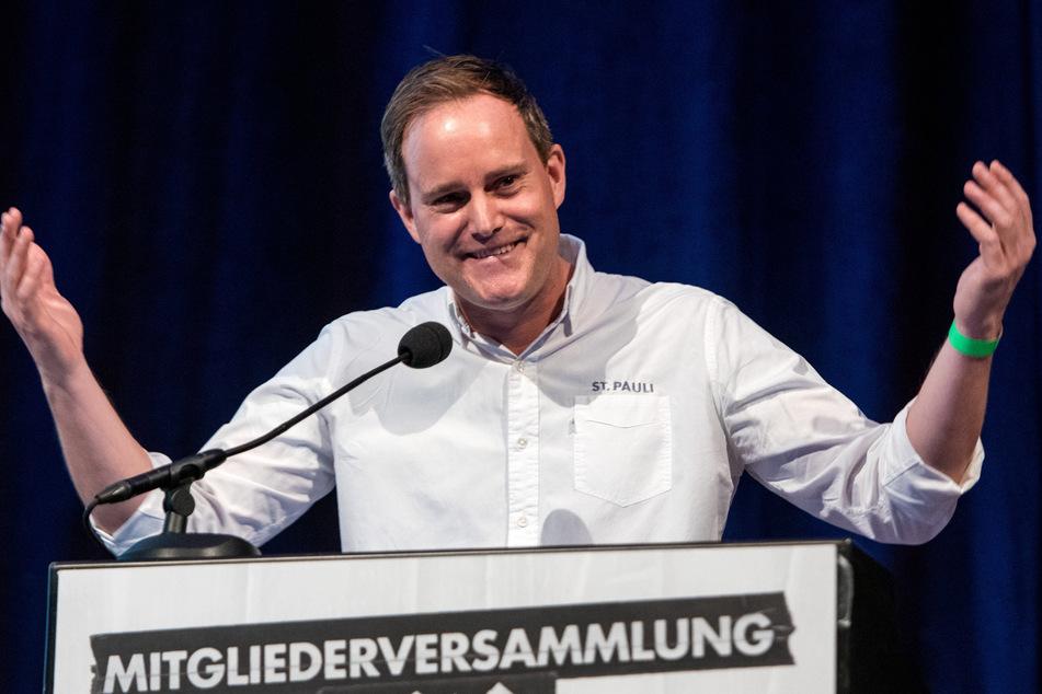 Oke Göttlich (45), Vereinspräsident des Fußball-Zweitligist FC St. Pauli, spricht während einer Mitgliederversammlung. (Archivbild)