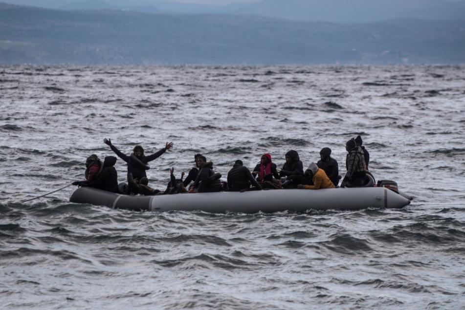 Griechenland: Migranten aus Afrika kommen in einem Schlauchboot am Strand des Dorfes Skala Sikamias auf Lesbos an.