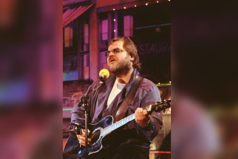 """Klaus Lage singt und spielt Gitarre bei einem Auftritt im Berliner Variete """"Quartier"""" im Jahr 1991."""