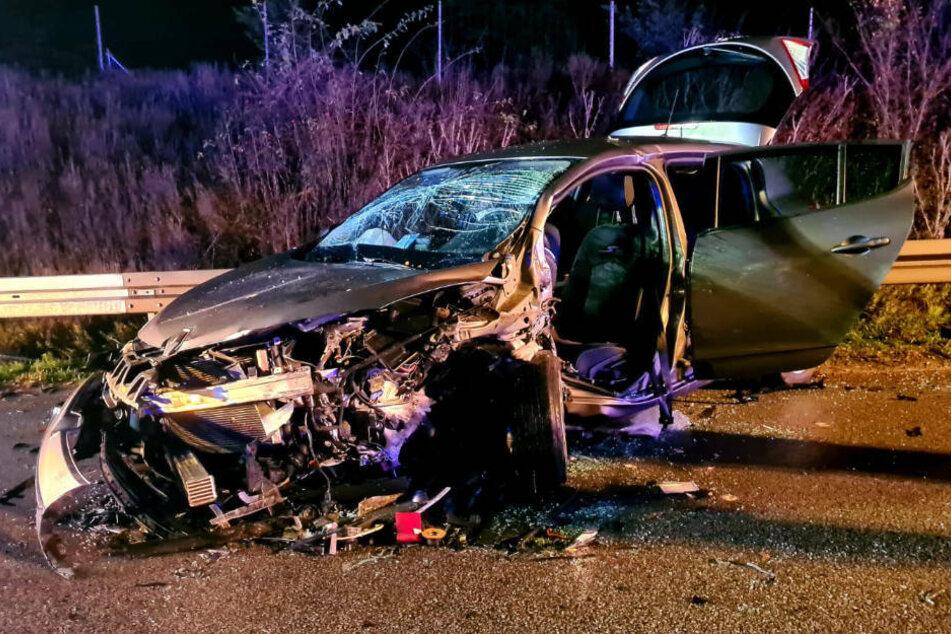 Der Frontbereich des am Unfall beteiligten Renault weist insbesondere auf der Fahrerseite heftige Schäden auf.