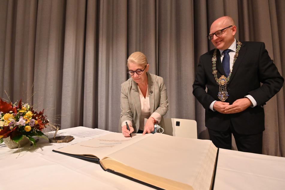Die Bürgermeisterin von Mülhausen Michèle Lutz (62, l.) trägt sich ins Goldene Buch der Stadt Chemnitz ein. OB Sven Schulze (49, SPD) würdigte die 40-jährige Städtepartnerschaft.
