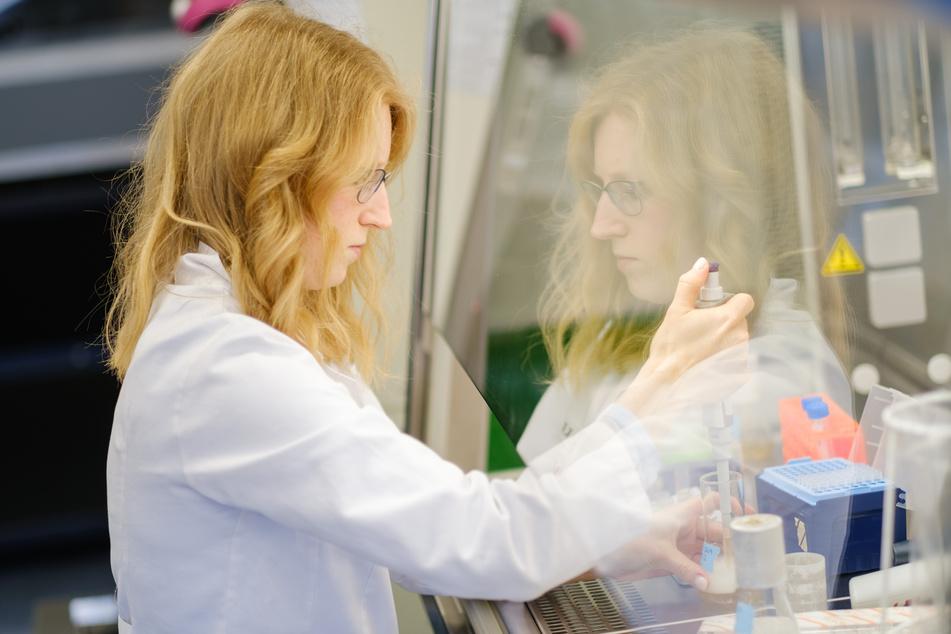 Eine Wissenschaftlerin bei der Arbeit. (Symbolbild)