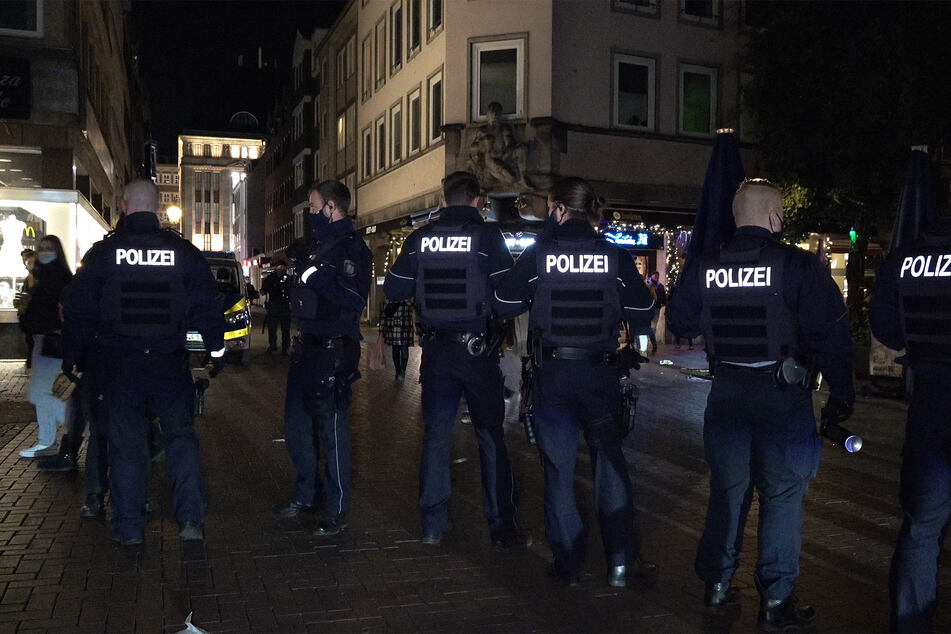 Mob von Jugendlichen attackiert Streifenwagen: Polizei wertet Videos aus