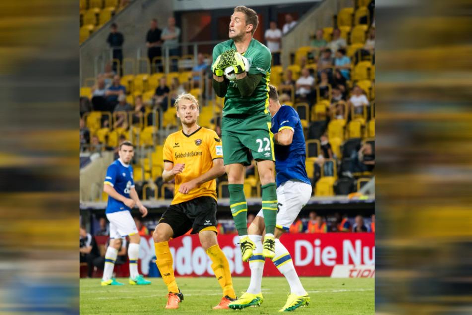 Maarten Stekelenburg (M.) packt vor Dresdens Stürmer Tim Väyrynen und Mitspieler John Stones sicher zu.