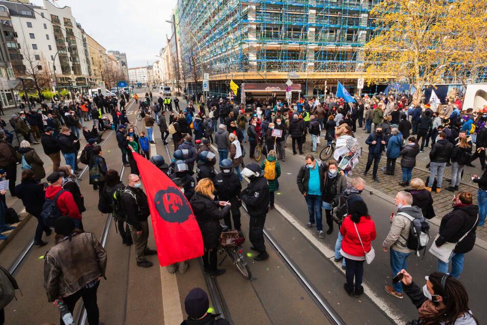 Teilnehmer einer Kundgebung gegen die Corona-Maßnahmen haben sich am Samstag vor dem Bundesgesundheitsministerium versammelt. Wegen Verstößen gegen den Infektionsschutz hat die Polizei 69 Demonstranten festgenommen.