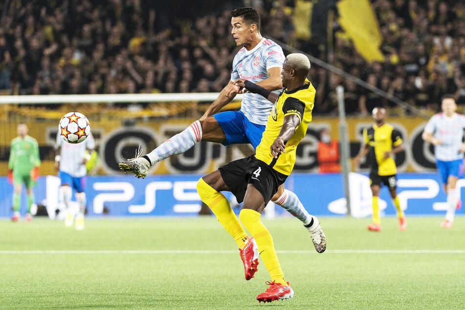 Cristiano Ronaldo (36, l.) setzt sich im Spiel gegen Mohamed Ali Camara von den Young Boys Bern durch. Manchester unterlag den Gastgebern schlussendlich dennoch.