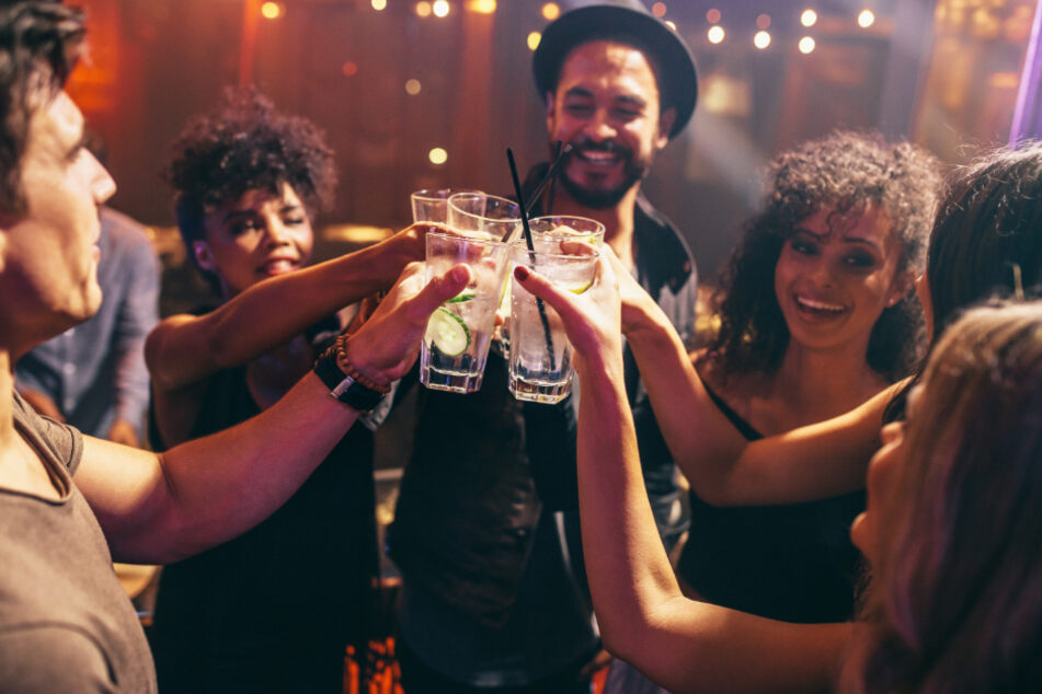 Leute feiern ausgelassen an Bar trotz Corona-Lockdown