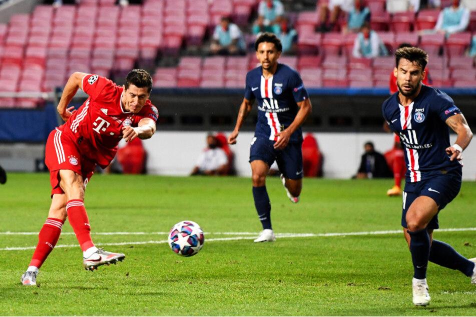 Bayern striker Robert Lewandowski (l.) sees his shot on the turn come off the post.