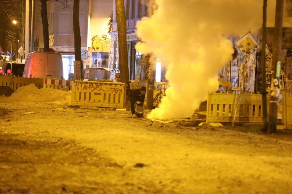 Auf und an dem Gelände einer Baustelle hatten Unbekannte ein Feuer aus Holzbrettern entzündet.