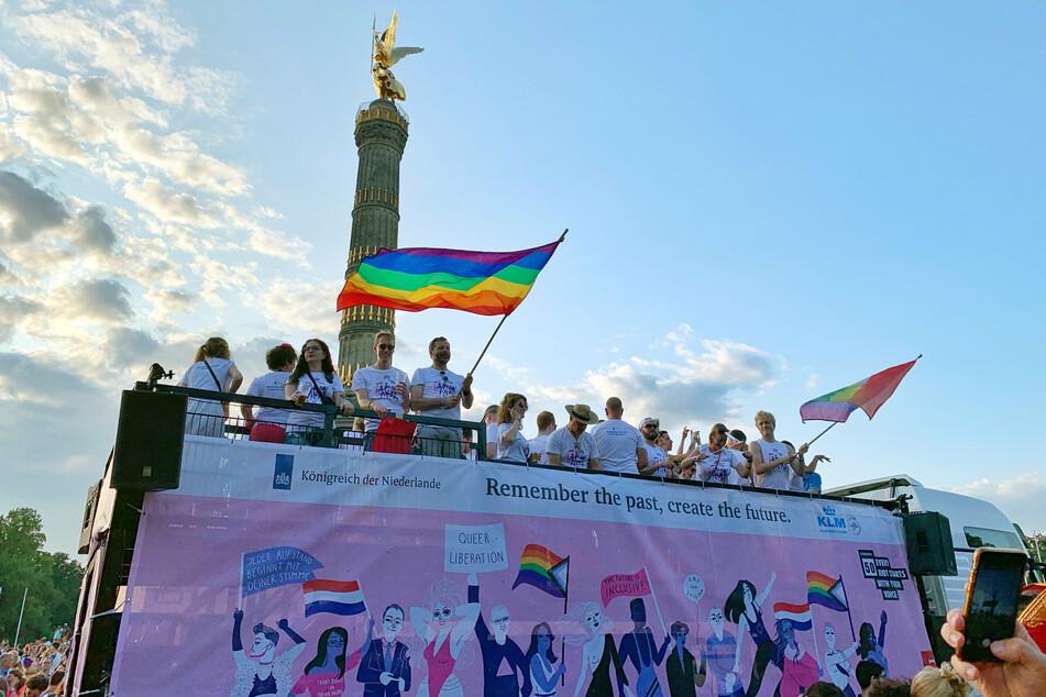 Teilnehmer der CSD-Parade kommen 2019 mit einem Umzugstruck an der Siegessäule an. 2020 hat es wegen der Corona-Pandemie nur eine Online-Ausgabe und kleine Demos gegeben. (Archivbild)