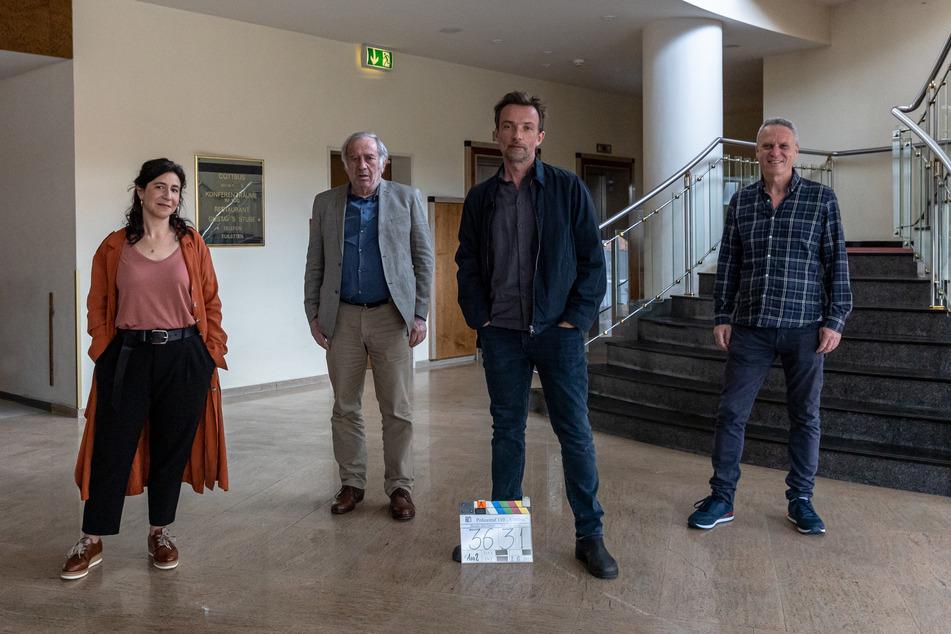 Die Dreharbeiten hatten Anfang Juni in Cottbus begonnen - hier am Set (v.l.n.r.): Schauspieler:innen Orit Nahmias, Dov Glickman, Lucas Gregorowicz und Regisseur Dror Zahavi.