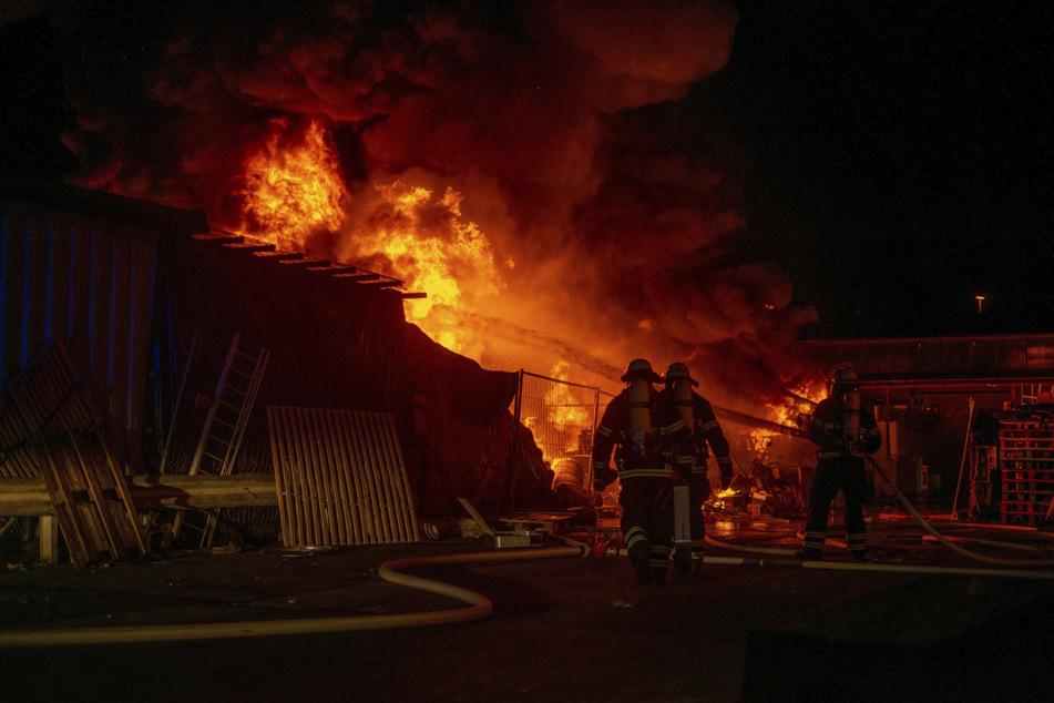Feuerwehrleute kämpfen gegen die Flammen.