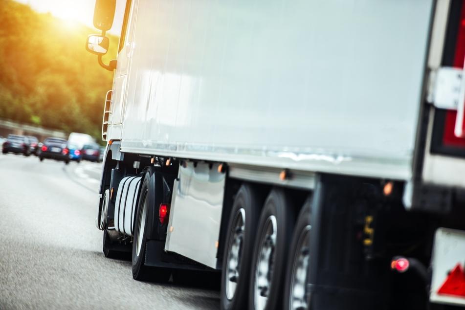 Lebensgefährliches Manöver: Lkw-Fahrer fährt auf Autobahn rückwärts!