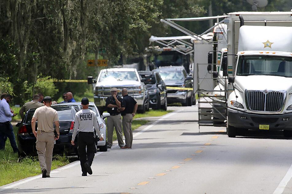 Beamte des Sheriffs von Polk County (Florida) arbeiten am Tatort einer Schießerei mit mehreren Toten.