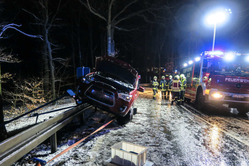 Seat kracht in Mauer, Mitsubishi steckt auf Leitplanke fest: Winter-Unfälle im Erzgebirge