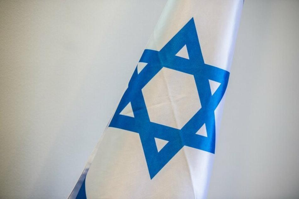 In Dinslaken ist eine Israel-Flagge, die vor dem Rathaus hing, gestohlen und verbrannt worden. Drei junge Männer sollen dahinter stecken. (Symbolbild)
