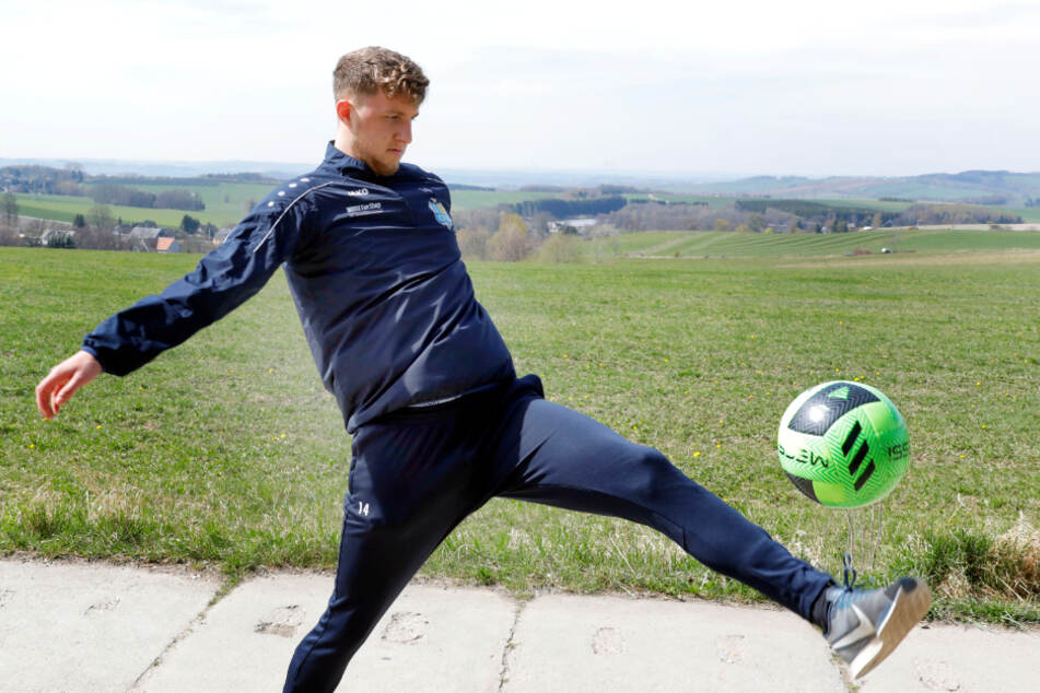 Tim Campulka beim Jonglieren des Balls mit dem Fuß ...
