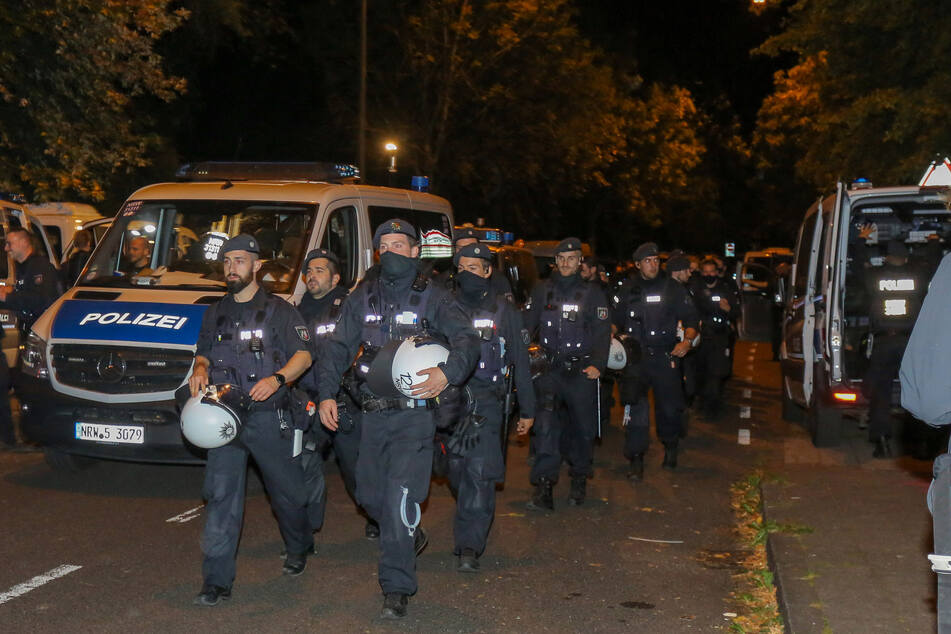 Einsatzhundertschaften der Polizei haben am Donnerstagabend die Hollandwiese in Aachen umstellt, auf der sich ein Camp von Klimaaktivisten befindet.