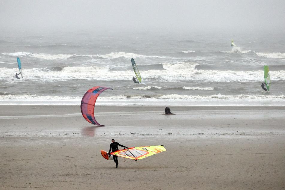 Kitesurfer und Touristen mussten Mecklenburg-Vorpommern sofort verlassen.