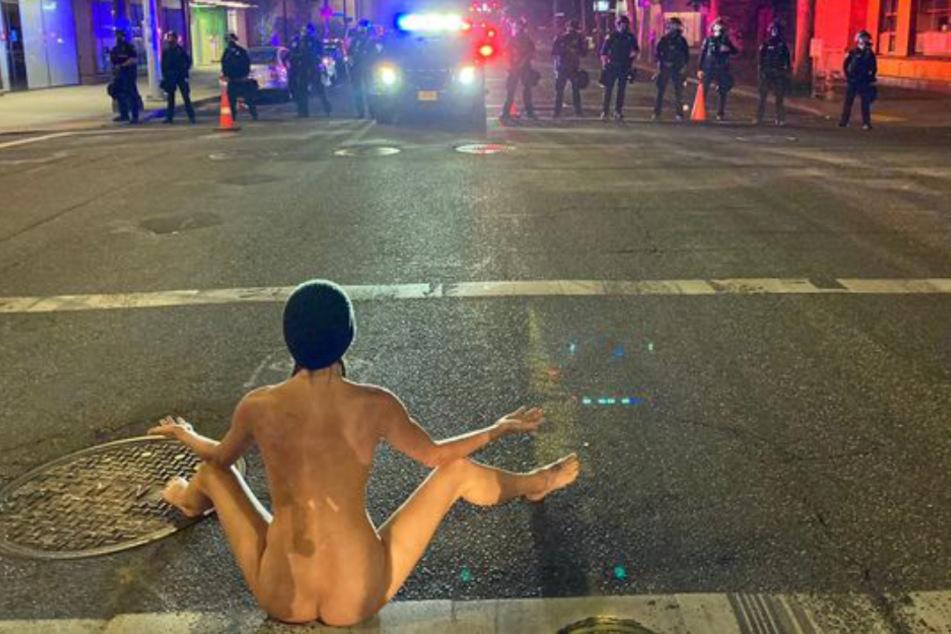 Im Anschluss setzt sie sich breitbeinig auf die Straße.
