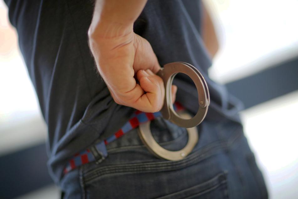Ein Beamter des Mobilen Einsatzkommandos Rheinland-Pfalz (MEK) zieht im Landeskriminalamt (LKA) in Mainz seine in den Gürtel gesteckten Handschellen.