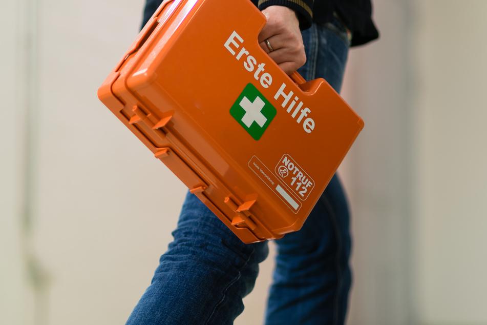 Sowohl die Rettungskräfte als auch die Ersthelfer beim Patienten gaben sich alle Mühe, den Bewusstlosen wiederzubeleben. (Symbolbild)