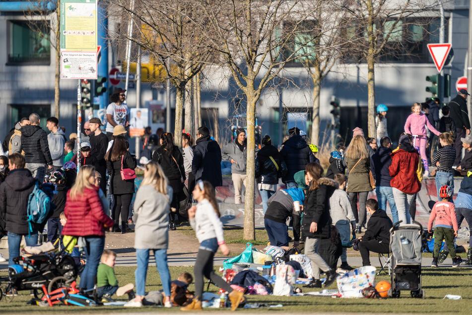Derart große Menschenansammlungen, wie hier im Frankfurter Hafenpark, sollten jedoch weiterhin vermieden werden.