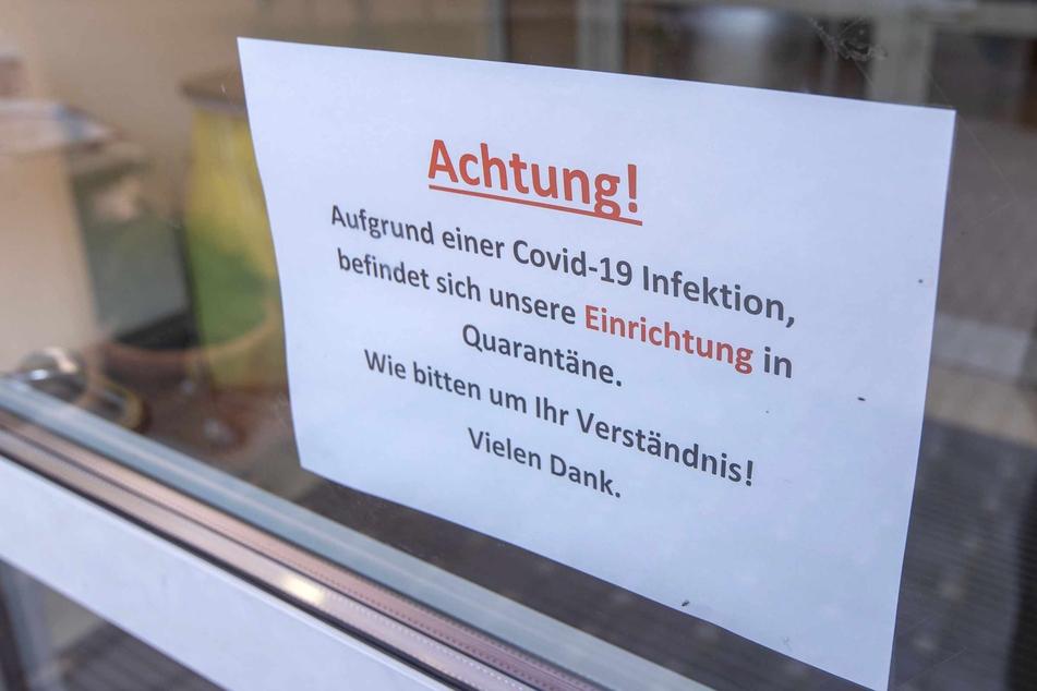 """Ein Hinweisschild auf Quarantänemaßnahmen hängt am Eingang zum Seniorenzentrum """"Am Tempelberg"""" des Betreibers Volkssolidarität."""