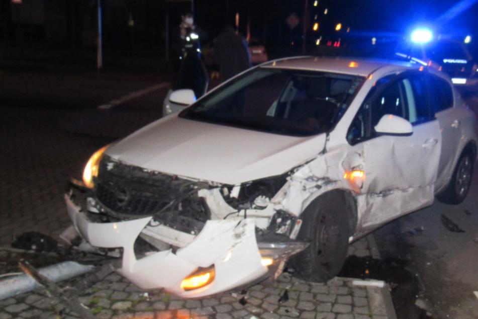Unfall mit Totalschaden: Taxi schleudert Opel gegen Ampelmast, drei Verletzte!