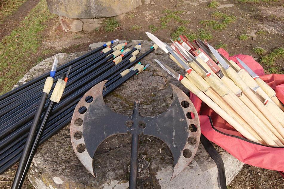 Zeugen machen erstaunlichen Fund an Kapelle: 44 Speere aus Küchenmessern gebastelt!