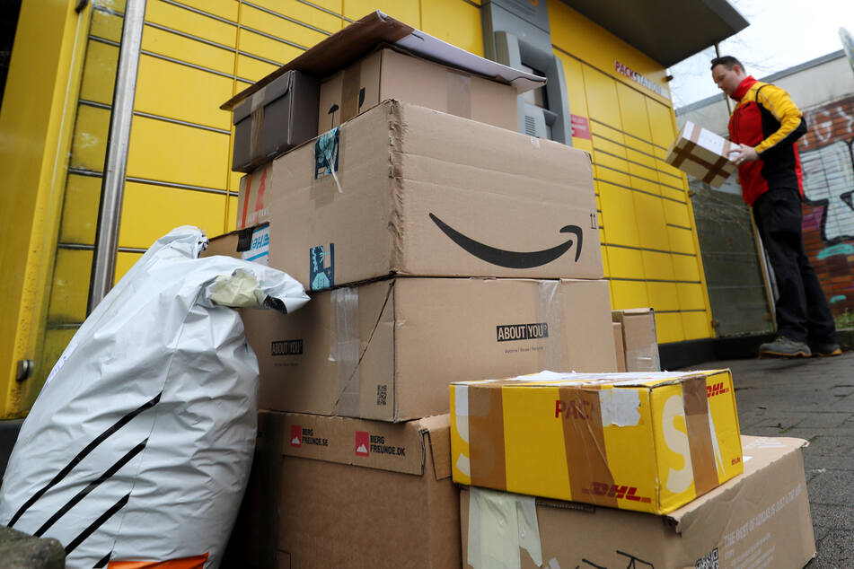 Pakete lassen sich zu und von einer Paketstation von DHL versenden.