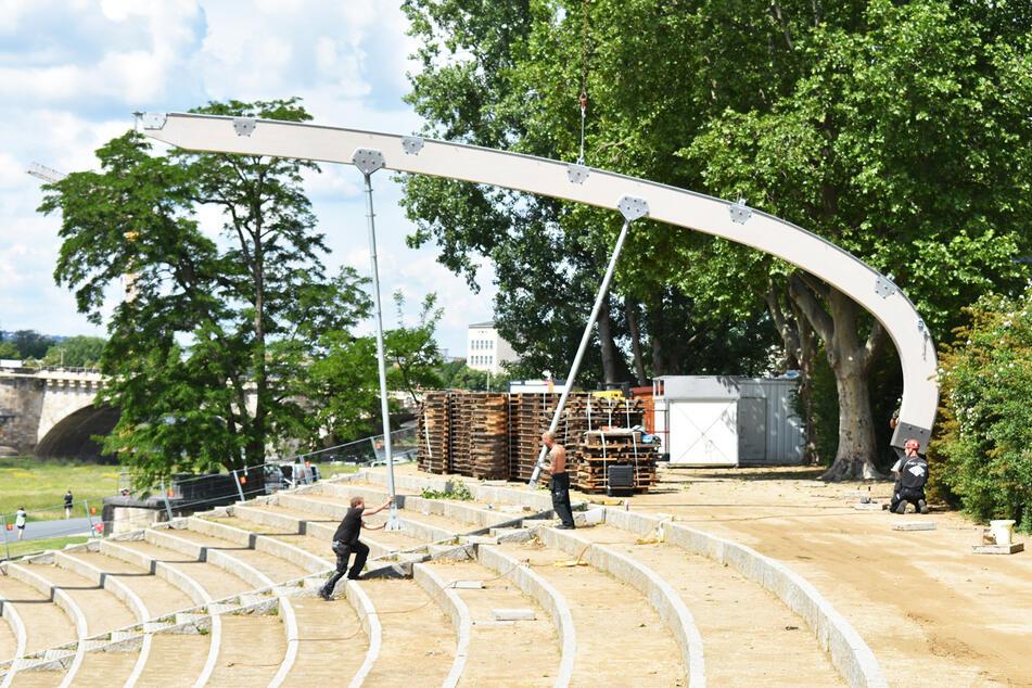 Die Männer hatten alle Hände voll zu tun beim Aufbau des Filmnächte-Dachs.