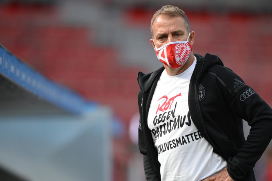 """Hansi Flick und die gesamte Mannschaft trugen T-Shirts mit der Aufschrift """"Rot gegen Rassismus #blacklivesmatter""""."""