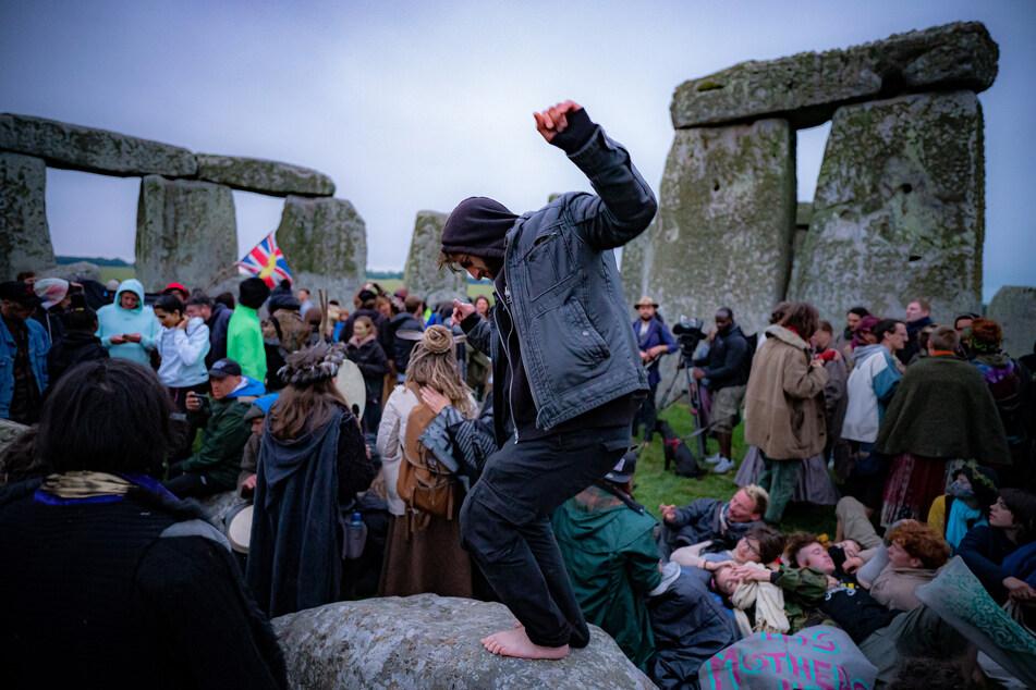 Menschen feiern die Sommersonnenwende in Stonehenge.