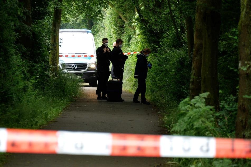 Einsatzkräfte suchen nach Hinweisen zu den unbekannten Tätern.