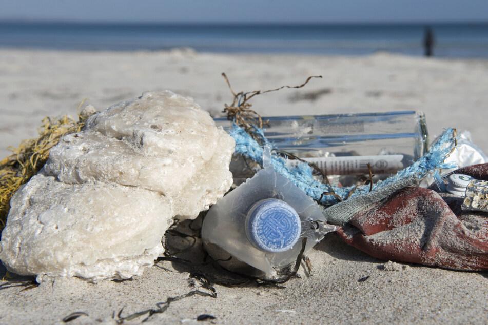 Am Ostsee-Strand sammelt sich leider viel Müll an. (Archivbild)