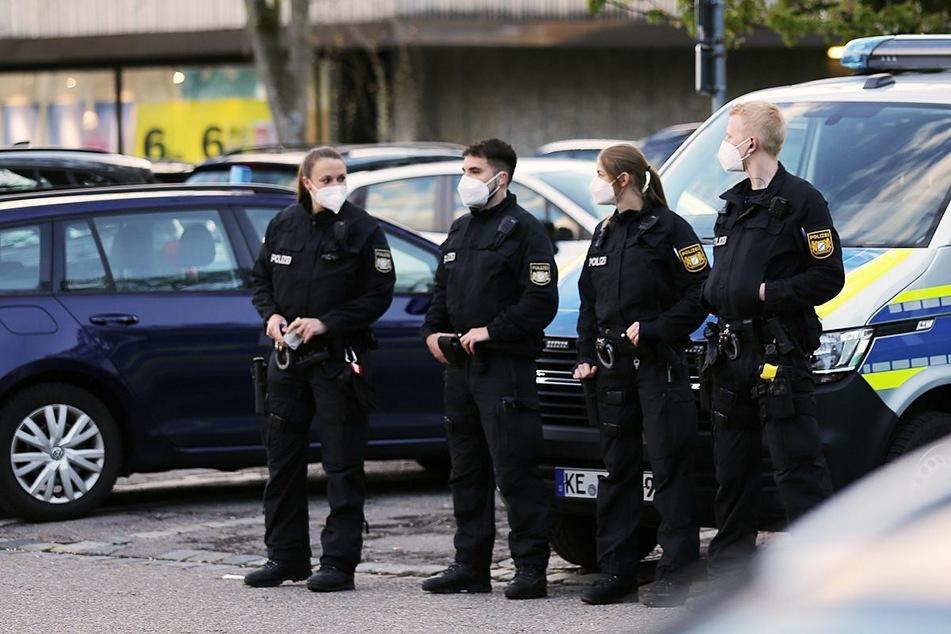 Mehrere Polizeibeamte sicherten vor und in den Gebäuden ab.