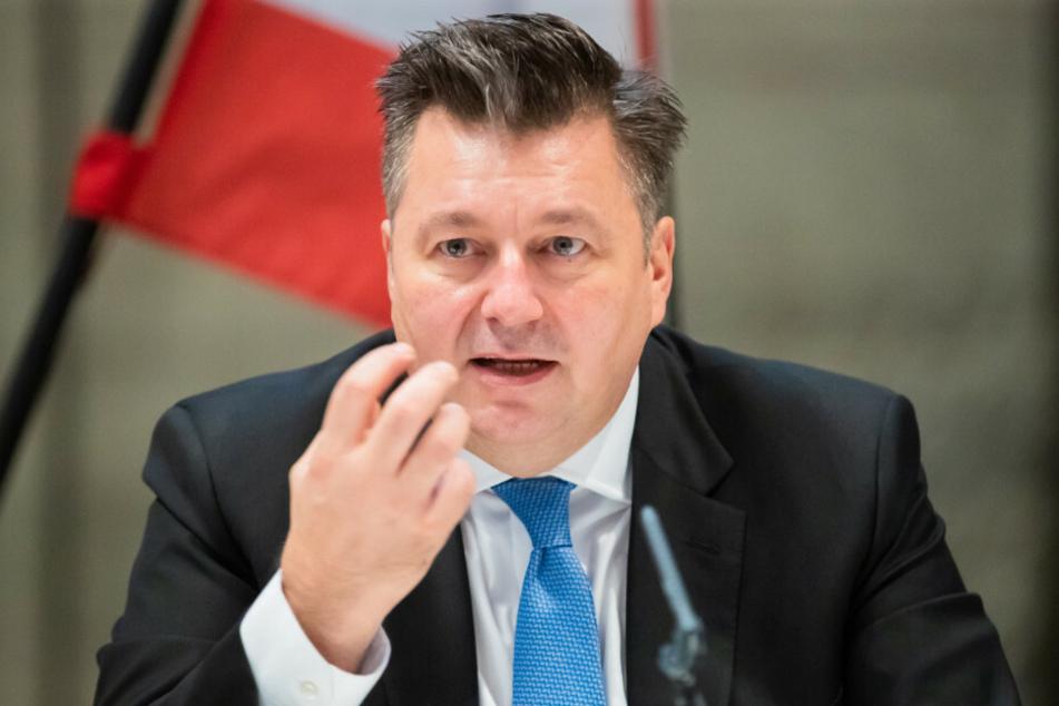 Innensenator Andreas Geisel (54, SPD) teilte am Samstag mit, dass bei der Berliner Polizei aktuell 47 Disziplinarverfahren wegen des Verdachts rechtsextremistischer oder rassistischer Äußerungen laufen.