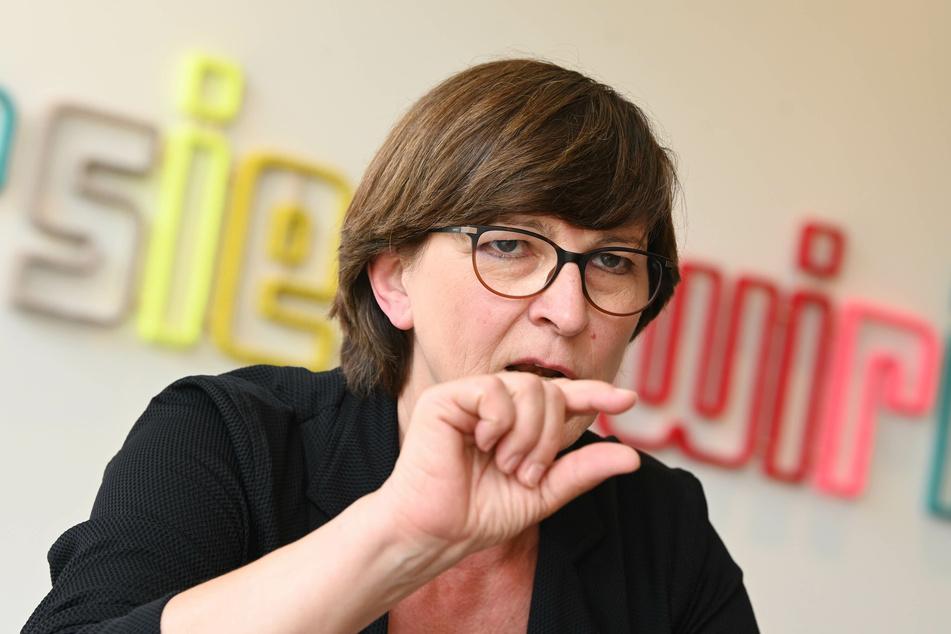 Saskia Esken, SPD-Parteivorsitzende, beantwortet Fragen von Journalisten. (Archivbild)