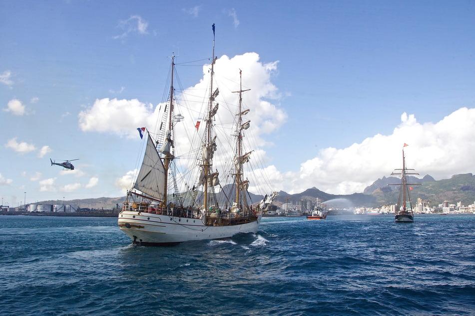 Ein Schiff treibt auf hoher See. (Symbolbild)