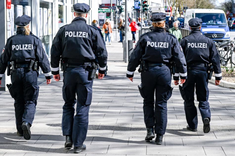 Polizisten patrouillieren auf einer Einkaufsstraße in Hamburg. (Symbolfoto)