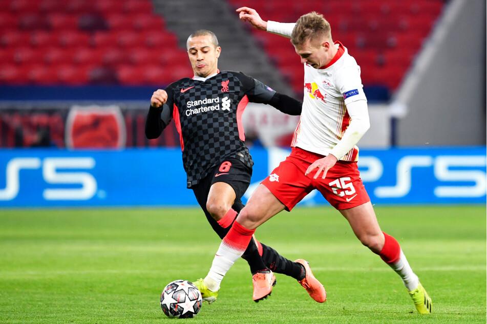 Thiago Alcantara (29, l.) spielte auch beim 2:0-Sieg im Champions-League-Achtelfinal-Hinspiel gegen RB Leipzig um Dani Olmo (22) von Beginn an.