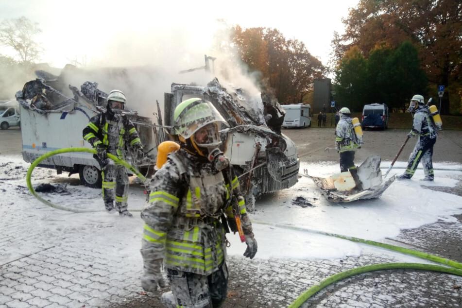 Das Wohnmobil brannte vollständig aus und musste abgeschleppt werden.