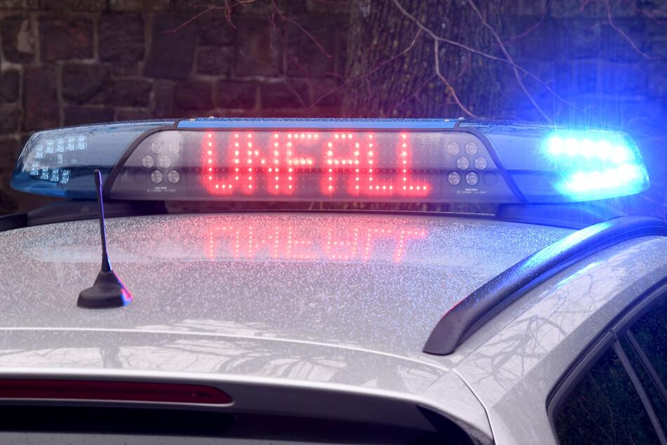 Spurwechsel löst Unfall mit zwei Verletzten aus, Polizei sucht Verursacher