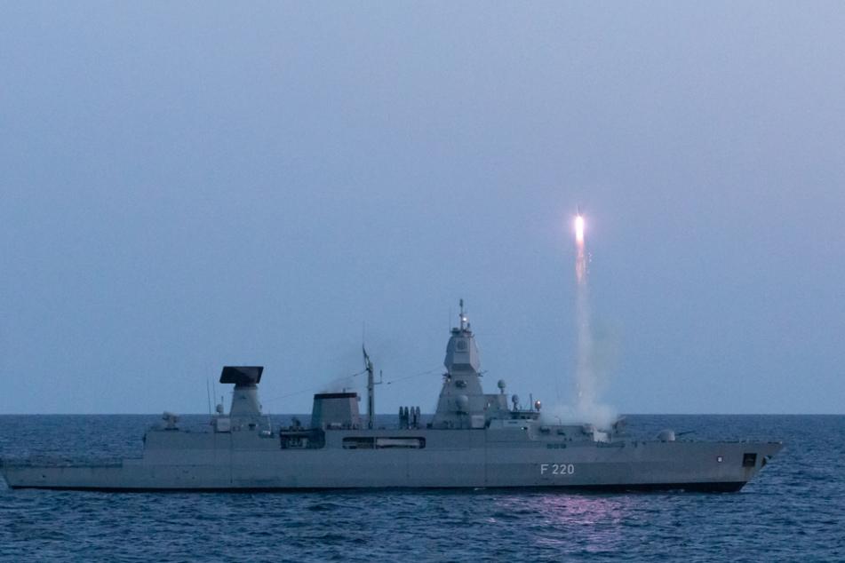 """Von der Fregatte """"Hamburg"""" steigt eine Rakete auf."""