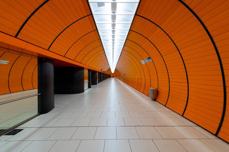 Die sonst belebte U-Bahn Station am Marienplatz ist menschenleer.